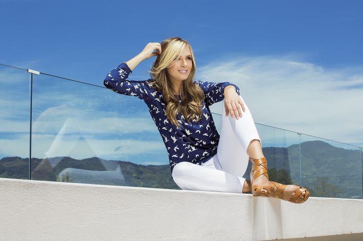 Blusa manga larga con  cierres y cuello redondo. Tela: Chalis Color: Blanco / Azul Oscuro