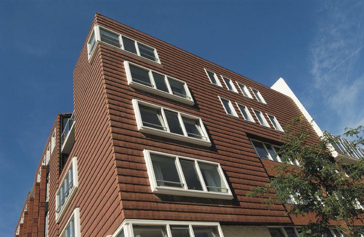 Keramische dakpannen worden binnen de huidige architectuur niet alleen toegepast op het hellende dak, maar ook als verticale gevelbekleding. De dakpan Actua gewolkt creëert hier een modern gevelbeeld met dakpannen.