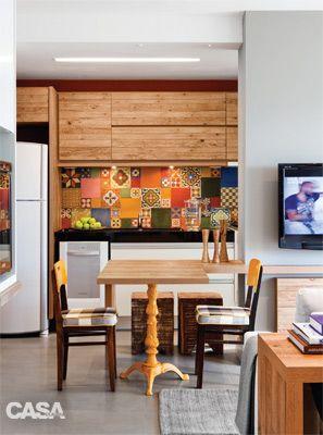 Como decorar a parede de uma cozinha americana Use ladrilhos hidráulicos ou adesivos na parede. Estas são as dicas dos arquitetos para a leitora que quer sugestões para decorar a parede da cozinha americana.