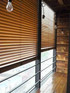 store venitien ikea en bois clair, fenetre grande dans le salon, parquette clair