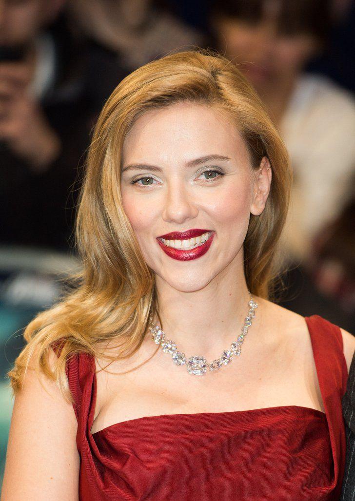 Pin for Later: 30 verschiedene Blond-Töne, die ihr eurem Frisör zeigen solltet Scarlett Johansson Scarlett's Haare schimmern in einem leichten Messing-Ton. Dieser passt perfekt zu ihren rubin-roten Lippen und dem bordeaux-farbenen Kleid.