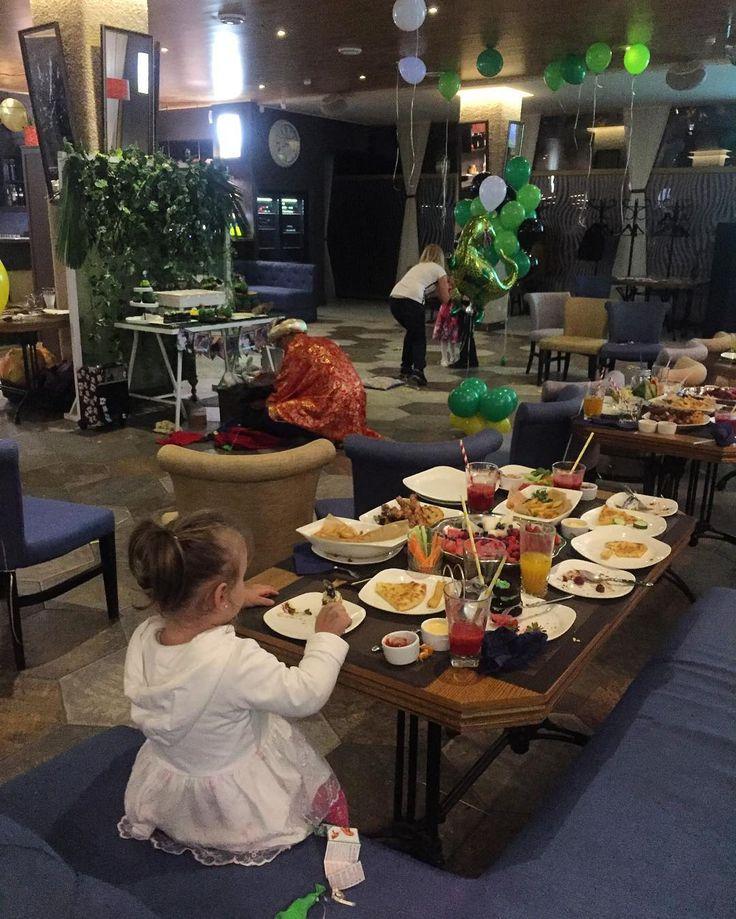 Алисия на прекраснейшем детском празднике Когда есть вкусняшки даже шарики и динозавр не актуальны)))