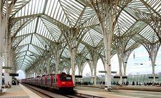 """Lisboa, Portugal - A estação Gare do Oriente possui um teto super diferente, que lembra a estrutura de uma folha. O """"esqueleto"""" externo da estrutura abriga 8 plataformas de trens"""