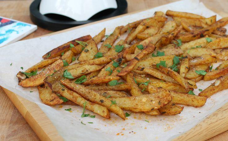 Le patate gratinate al forno aromatiche sono un contorno saporito e leggero. Preparate con pochissimo olio, sono morbide dentro con una crosticina croccante