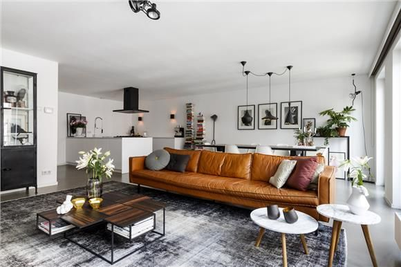 I love how big this leather couch is, looks so comfy! Colour combo is perfect; black, white and rust.