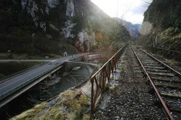 La ligne de chemin de fer Oloron-Canfranc, avant le viaduc d'Escot. Le 3 février 2008.