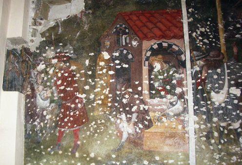 Cappella di Sant'Anna, Niella Tanaro (Al) - Il Miracolo di Santo Domingo della Calzada - Sulla destra la ragazza rifiutata nasconde un oggetto d'oro nella sacca del giovane che sta allacciandosi i calzari. Sulla sinistra il giovane viene fermato dai gendarmi e arrestato. Si vedono le teste dei genitori.