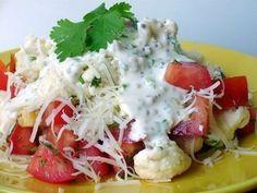 Салат из цветной капусты с помидорами    Ингредиенты:    Цветная капуста (сырая)  Помидор  Сыр твердый  Чеснок  Кинза (по желанию), укроп.  Для соуса:  Сметана - 2 ст.л.  Соевый соус - 1 ч.л.  Горчица с зернышками - 1 ч.л.  Зеленый лук.