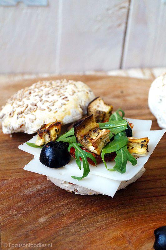glutenvrij broodje met geitenkaas, aubergine en rucola