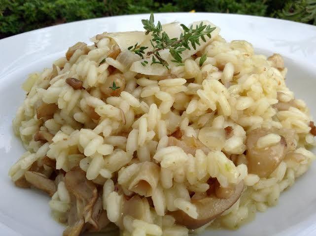 Úžasně vláčné a máslové risotto z rýže Arborio s kousky restované hlívy ústřičné má výraznou chuť díky bílému vínu.