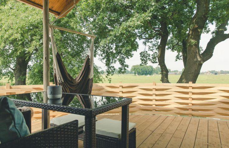 Relax in een hangmat met uitzicht over rivier de Regge. Op vakantiepark Mölke in Twente.