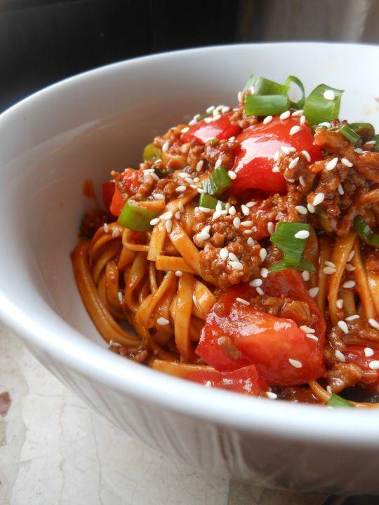 Et Tring kocht: Nudeln koreanische Art mit Hackfleisch, Tomaten und Gochujang