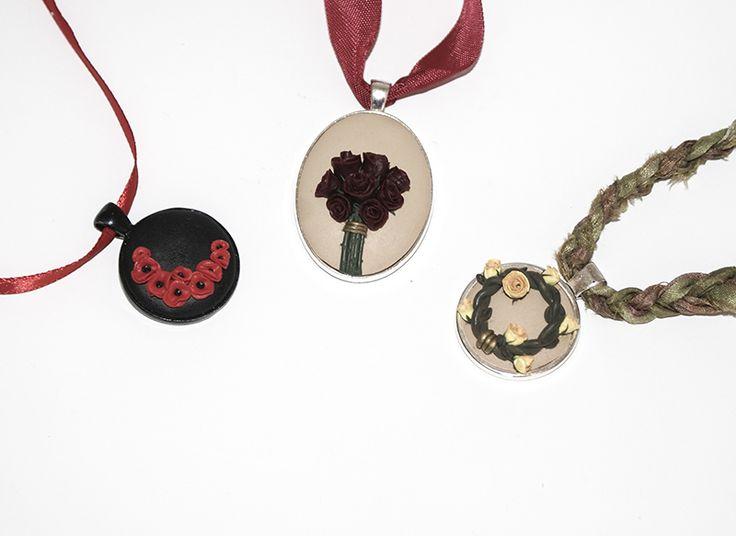 """Zainspirowana wyzwaniami szuflady stworzyłam trzy wyjątkowe wisiory, których motywem przewodnim są kwiaty. W ramach wyzwania – gościnnej projektantki Szuflady – """"Niebanalny bukiet…"""
