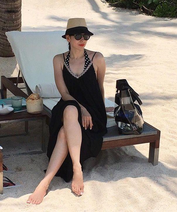 Karisma Kapoor sexy legs
