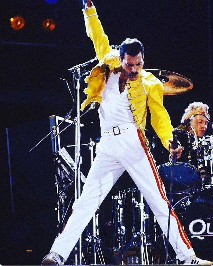 Freddie Mercury nasceu na colónia britânica Cidade de Pedra em Zanzibar (hoje parte da Tanzânia) precisamente no dia 5 de Setembro de 1946. Assim hoje o eterno vocalista dos Queen faria 71 anos se fosse vivo.  #happybirthday #queen #icon #music #underpressure #voice #legend #freddiemercury #beyourself #bedifferent #beyou #love #fav #songs #mood #wewillrockyou #freddiemercuryforever #freddiemercury_thelegend #freddiemercurytribute #freddiemercuryqueen #freddiemercury71