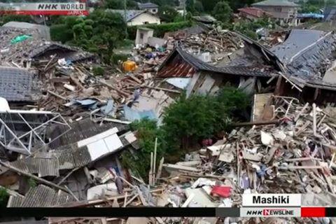 3 meses se passaram após os fortes terremotos em Kumamoto Três meses após os fortes terremotos em Kumamoto, milhares de pessoas ainda estão em abrigos. Mais de 150.000 casas foram afetadas.