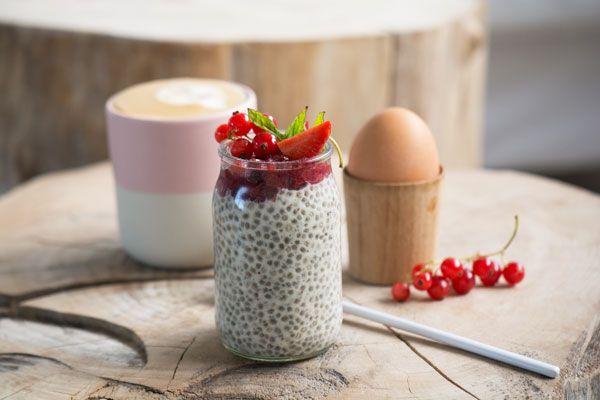 Lækker mættende chiagrød lavet på vanilje og mild mandelmælk - smager uimodståeligt og er god både til morgenmad som som en lille dessert - se opskrift