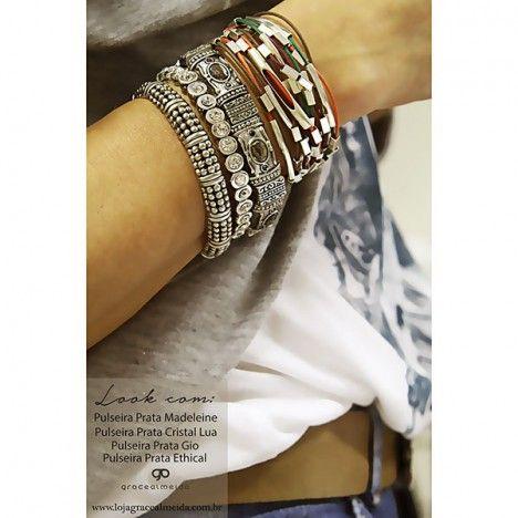 Acessórios são importantes para arrematar todos os looks imaginados!! gracealmeidabijoiass#acessoriees #bracelets #boho #blogger #chic #cwb #curitiba #cool #designer #design #etnico #fashionismo #fashion #love #lookdodia #lifestyle #instafashion #hippiechic #habdmade #jewelry #streetstyle #style #inverno2015 #moda