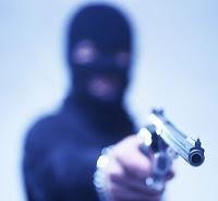 Bandidos invadem e assaltam mercadinho em plena luz do dia em Quixaba   S1 Noticias