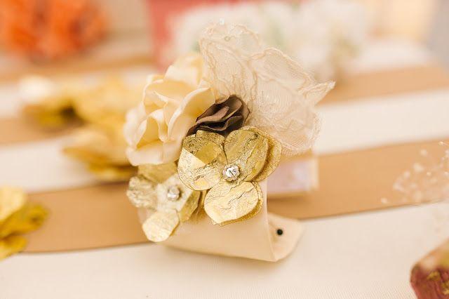 Brazalete para novia o invitada con flores confeccionadas a mano. Los centros de las flores doradas son lentejuelas de cristal de swarovski.