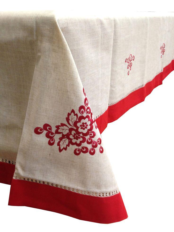 mantel de navidad en beige con la flor de pascua bordada en rojo un dibujo muy