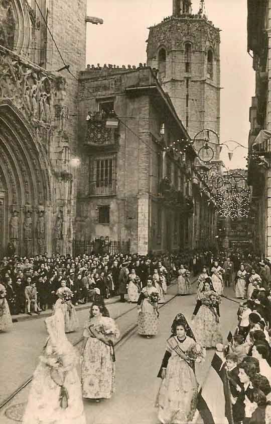 1965 - Valencia, Spain: Falleras en la Ofrenda de Flores a la Virgen, a su paso por la Puerta de los Apóstoles de la Catedral (J.D.P.) ~ (Falleras  at the Offering of Flowers to the Virgin Mary, passing by the Cathedral's Door of the Apostles) / / Postales de Valencia: Semana Fallera | Ofrenda de Flores (Valencian Postcards: Fallas Week | The Offering of Flowers)