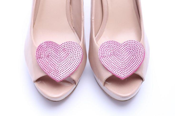 Urocze, romantyczne klipsy do butów w kształcie serduszek! W całości wykonane z cekinów :) Do kupienia w sklepie internetowym Madame Allure.