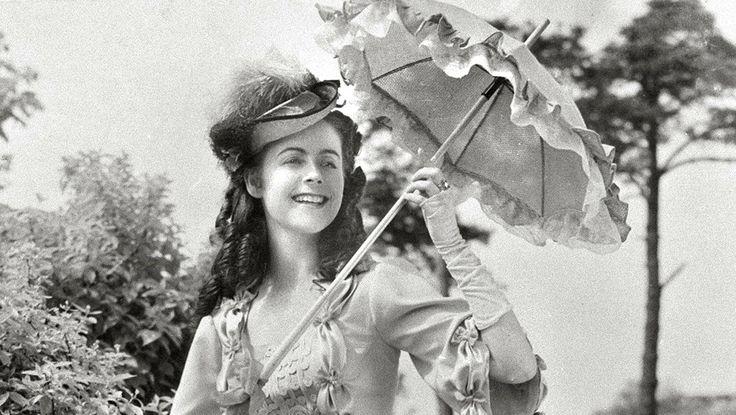 Eeva-Kaarina Volanen kohosi 1940-luvun lopussa nopeasti suosituksi elokuvatähdeksi. Nuorten naisten roolit toivat lahjakkuudelle myös Jussi-palkintovyöryn.