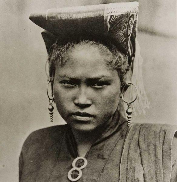 Indonesia, Sumatra ~ File:COLLECTIE TROPENMUSEUM Portret van een Toba Batak vrouw met ulang aling oorhangers TMnr 60052136.jpg