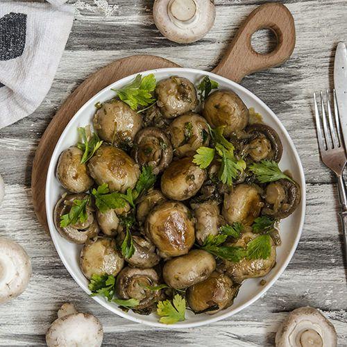 Gordon Ramsay Gemarineerde champignons, uit het kookboek '100% Ramsay' van Gordon Ramsay. Kijk voor de bereidingswijze op okokorecepten.nl.