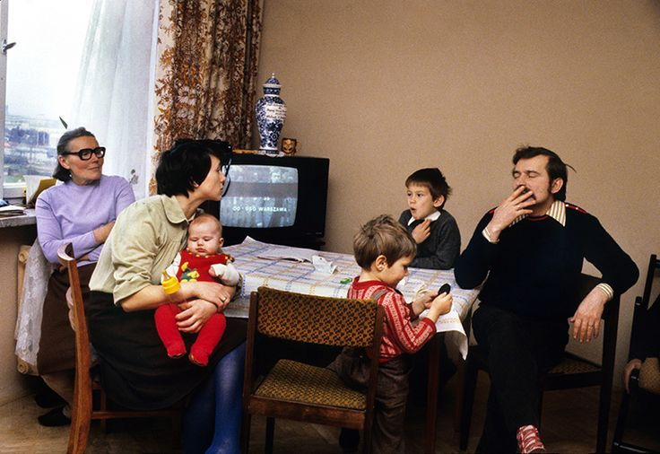 Lech Walesa relaxing at home with family (wife Danuta, their 3 children, mother-in-law Feliksa Golos), in Gdansk, November 1980, photo by Chris Niedenthal / Forum