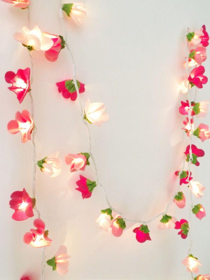 Minilight é uma luminária decorativa de fio beneficiada à mão com florzinha de feltro colorido em 3 tons de rosa (rosa bebê, rosa médio e rosa escuro) <br>Um fio de luz de flor de feltro! :) <br>Uma peça linda e delicada que pode ser usada de diversas formas: <br> <br>- portas de varanda <br>- cabeceiras <br>- estantes <br>- armarios <br>- espelhos <br>- penteadeira <br>- guarda-corpo de escada <br>- teto <br>- acompanhando o rodapé, passando entre os móveis e onde mais a sua imaginação te…