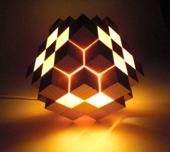 立方体の木を、43個一つ一つ丁寧に接着していった照明作品になります。上に被さっている部分が外れますので、電球交換が簡単にできます。繊細な造りとなっております。...|ハンドメイド、手作り、手仕事品の通販・販売・購入ならCreema。