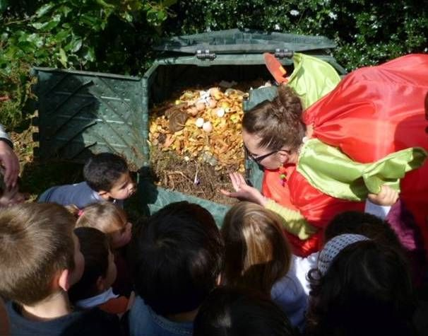 No todo es basura... anímate a hacer un compost junto a los niños, concientizalos desde pequeños a las diversas formas que existen para no generar tanta basura. Luego de la alimentación, enséñales a seleccionar que desechos pueden ir a una compostera. Te dejamos un link de cómo hacer un compost de forma casera.
