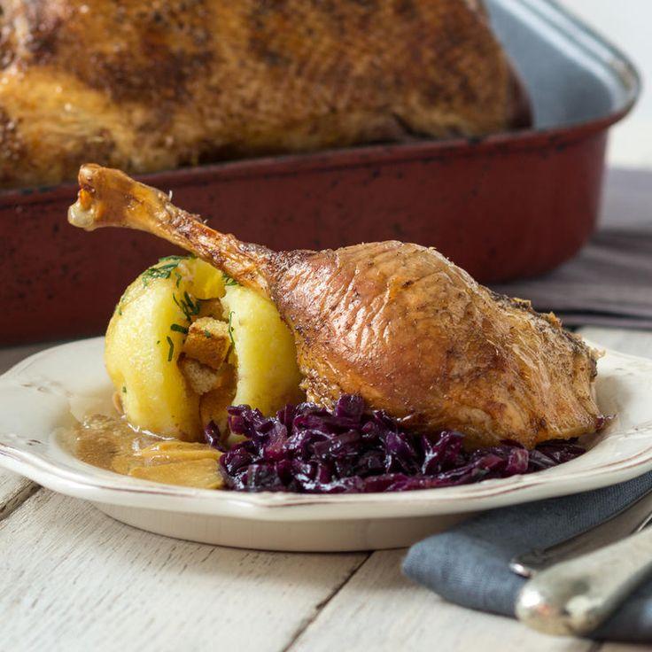 Würzen, anbraten und ab in den Ofen mit dem Geflügel. Festlich auftischen kann so einfach sein. Wer da noch 3-Gänge-Menüs plant, ist selbst schuld.