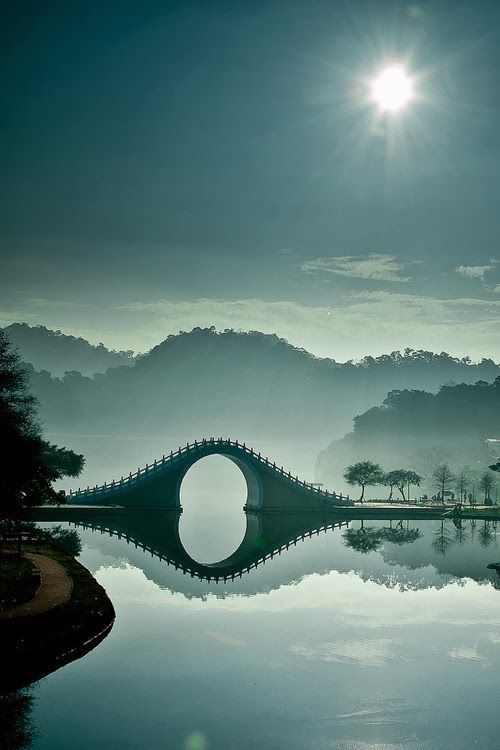 Stunning and serene: Incredible images of the Moon Bridge in Taipei capture this…