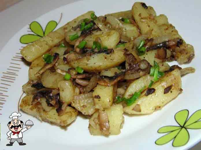 Жареный картофель с шампиньонами и луком удачно совместится с чем угодно... Такой гарнир можно подавать к мясу или рыбе. Также можно кушать его как самостоятельное блюдо. К примеру — с овощным салатом. Сытно, даже не заметно, что мясо в этом блюде отсутствует! Вегетарианцам на заметку... ИНГРЕДИЕНТЫ  600 г. шампиньонов; 1 кг. картошки; 300 г. лука; зелень; растительное масло; соль, перец.  ПРИГОТОВЛЕНИЕ  Моем и чистим картофель. Нарезаем его небольшими брусочками или тонкой соломкой…