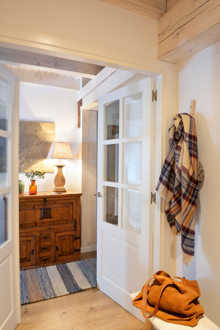 Recibidor con c moda antigua de madera l mapra y cuadro - Alfombras para recibidores ...
