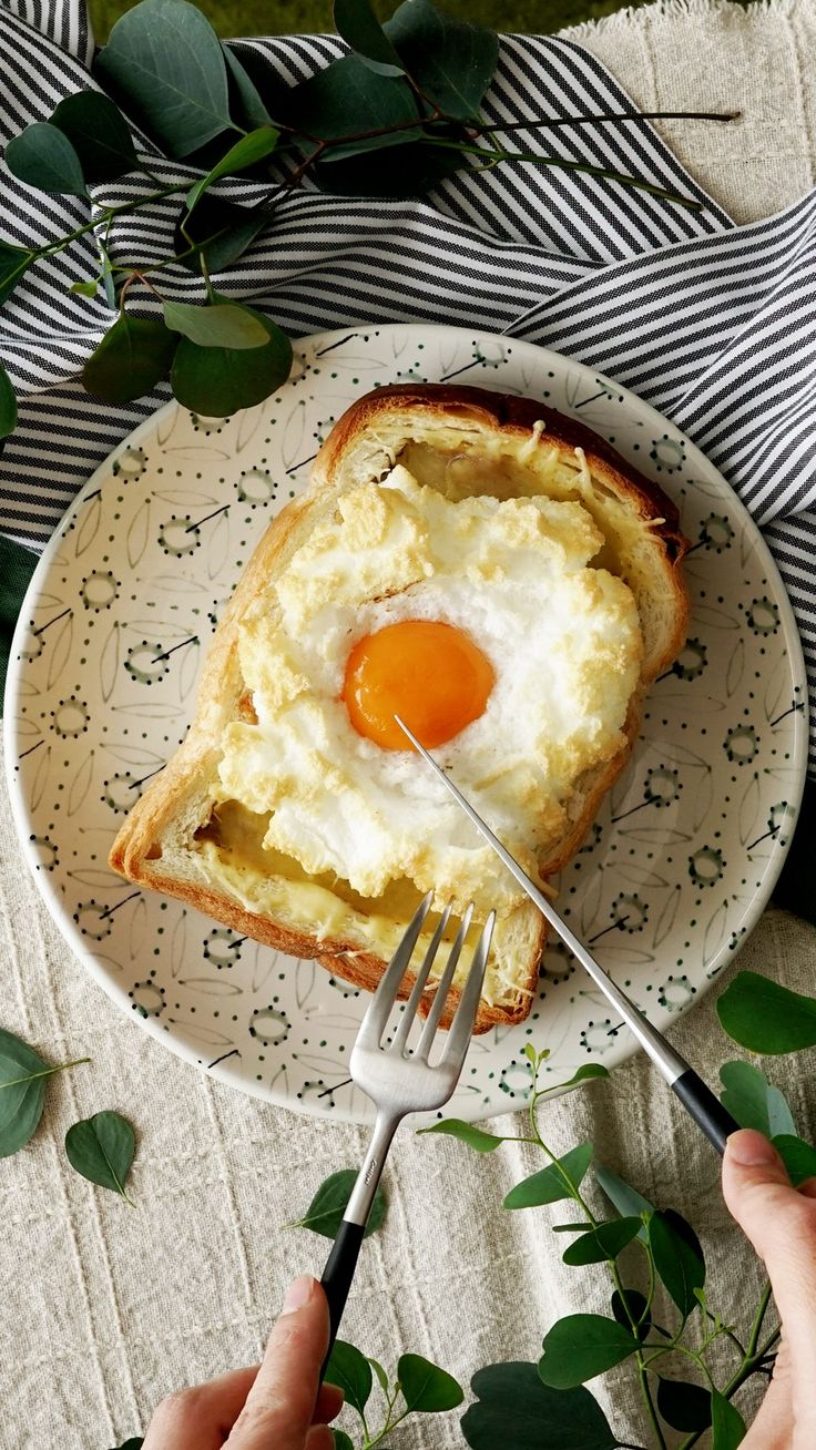 Recipe with video instructions: What's not to love about curry bread topped with a super fluffy egg? Ingredients: 2 slices bread, 1 package ready-made Japanese curry, 30g shredded cheese, 1 egg, salt