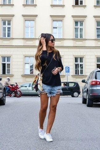 Schwarzes Langarmshirt, Hellblaue Jeansshorts, Weiße Leinenschuhe, Schwarze Leder Umhängetasche für Damen