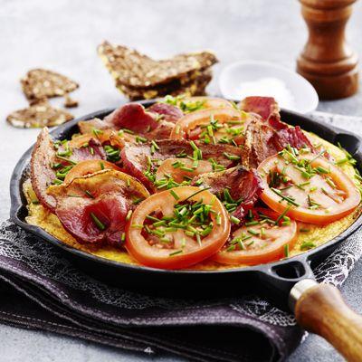 Gammeldags æggekage med kartoffel, tomat & bacon (recipe in Danish)