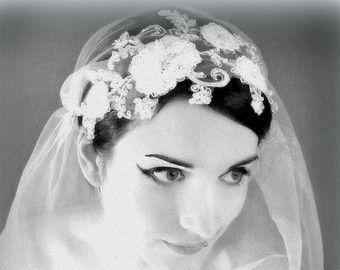 Articles similaires à Juliette mariée chapeau, voile de mariée, morceau de cheveux de mariage, voile de soie, dentelle de Chantilly - style 740 sur Etsy