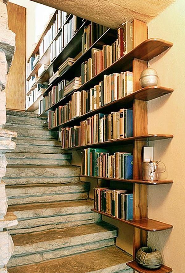 Eu adoro estantes… Em parte porque tenho muitos livros e adoro vê-los expostos, mas também porque elas são versáteis, funcionais, economizam espaço, podem ter mais funções além de só guardar as coisas e, quando bem organizadas, ser belos elementos na decoração. Vamos ver algumas?