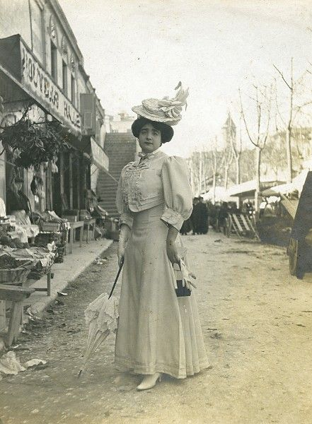 1900's ~~~ look at the messy background!