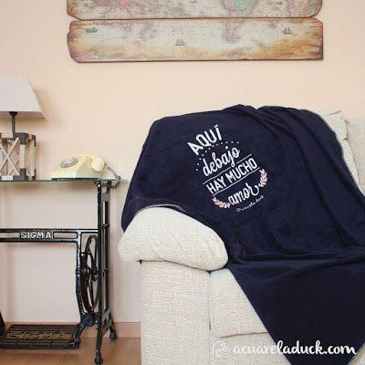 Idea para regalar: Manta para acurrucarse en pareja en el sofá. Regalo parejas. Regalo original. Sofá y manta. Regalos novios. Navidad. Manta con frase amor. Regalo San Valentin.