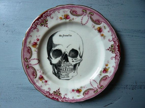 Skull Vintage China Dinner Plate Wall Decor von TheReworkHouse, £26.00
