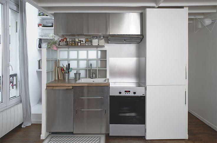 la cuisine fonctionnelle cache l'escalier et les WC et se positionne sous un plancher plus bas   //crédit photo : Dorian Huet