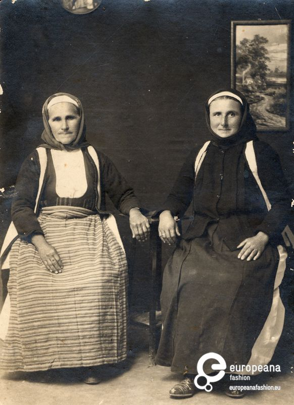 Photo B/W photo of two old women with local costumes from Megara, Greece. Early 20th c.