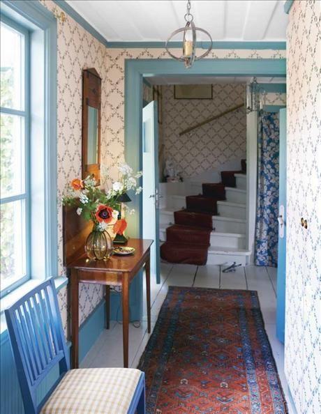 Hallens blommiga tapet och draperi köptes hos Laura Ashley 1993, och har hängt sedan dess. Den blå s...