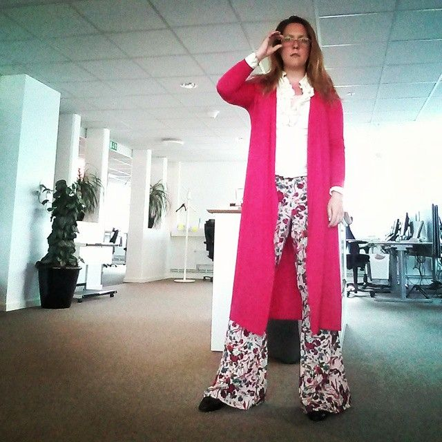 Today: best pants ever! Also, pink, lots of pink! #prints #70sstyle #bellbottoms #hippie #officeselfie #hippiestyle #pink #ootd #outfit #widelegpant #flowerpower